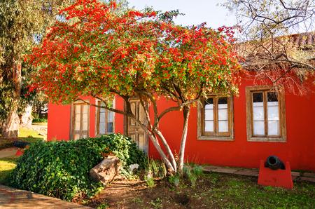 casa colonial: casa colonial de color rojo en Valparaiso, Chile
