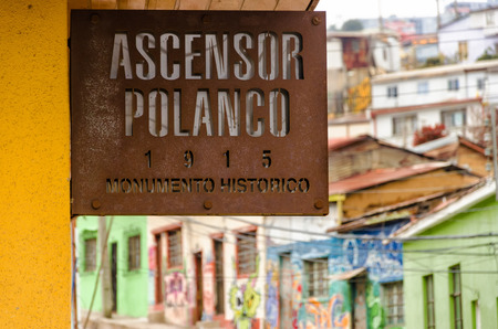 ascensor: VALPARAISO, CHILE - MAY 28: Sign to the entrance of the Polanco elevator in Valparaiso, Chile on May 28, 2014