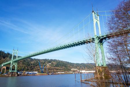 willamette: St Johns Bridge crossing the Willamette River in Portland, Oregon