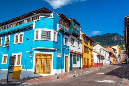 BOGOTA, COLOMBIA - 21 de abril: Vista de una esquina de la calle en el barrio La Candelaria en Bogotá, Colombia el 21 de abril, el año 2016 Editorial