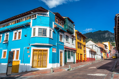 Bogota, Kolumbia - 21 kwietnia: Widok na rogu ulicy w dzielnicy La Candelaria w Bogota, Kolumbia w dniu 21 kwietnia 2016 Publikacyjne