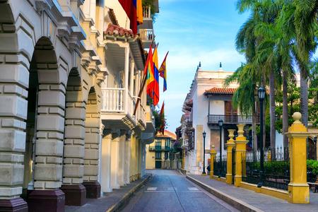 Am frühen Morgen Blick auf eine Straße vorbei an Bolivar Plaza in Cartagena, Kolumbien