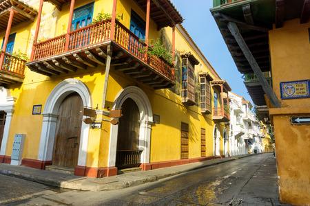 case colorate: Vista della splendida architettura coloniale nel centro storico di Cartagena, Colombia