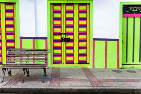 america del sur: arquitectura colonial que se colorea brillantemente en Salento, Colombia