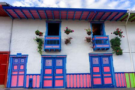 america del sur: arquitectura colonial blanco, rosa y azul en Salento, Colombia