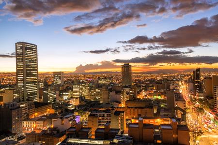 夕暮れ時に、コロンビアはボゴタのダウンタウンの眺め