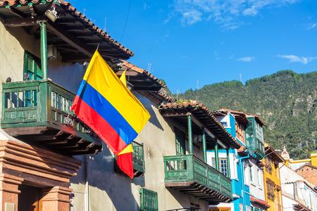 ボゴタ, コロンビアのラ · カンデラリア地区にある歴史的な建物のコロンビアの旗