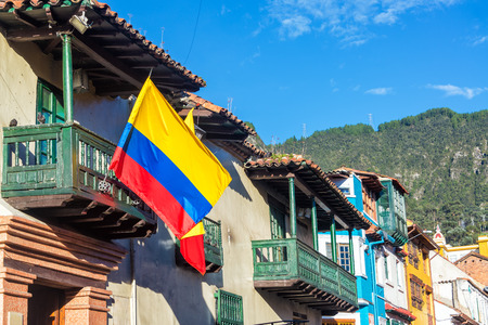 보고타, 콜롬비아에서 라 Candelaria 동네에서 역사적인 건물에 콜롬비아 플래그