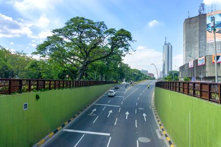 CALI, COLOMBIA - 11 de junio: Carretera que conduce al moderno rascacielos en Cali, Colombia el 11 de junio, el año 2016 Editorial