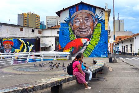 CALI, COLOMBIA - 10 de junio: Dos personas que se sientan en un banco en Cali, Colombia el 10 de junio, el año 2016