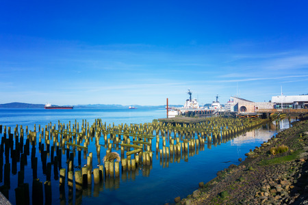 Boats and old piers on the Columbia River in Astoria, Oregon 免版税图像 - 67046251