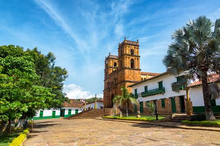 Barichara、コロンビアの町のメイン広場の美しい大聖堂
