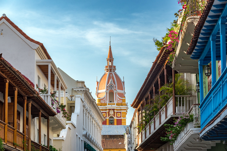 casa colonial: Filas de balcones que conducen a la colorida catedral en el centro histórico colonial de Cartagena, Colombia Foto de archivo