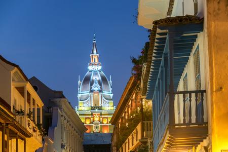 カルタヘナ、コロンビアの青の時間中に夜遅くに撮影の大聖堂