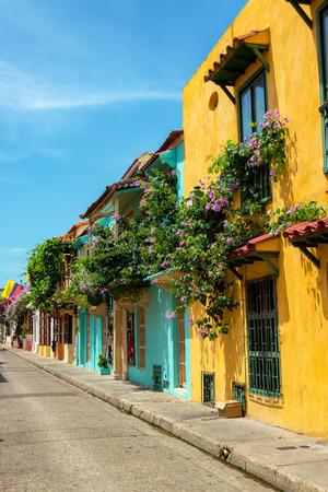 Beaux bâtiments coloniaux couverts de fleurs de bougainvilliers à Cartagena, en Colombie Banque d'images