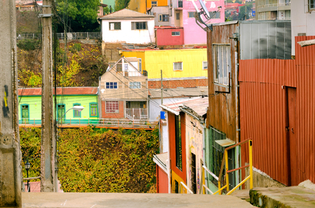 case colorate: Bright colorful houses in Valparaiso, Chile