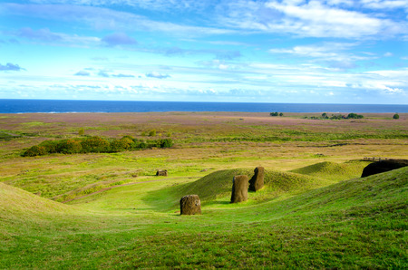 moai: Moai looking out towards the Pacific Ocean on Easter Island, Chile Foto de archivo