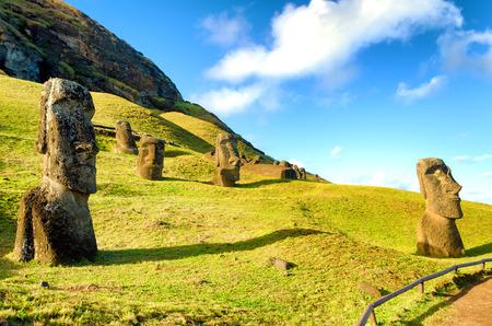 Moai de piedra en la isla de Pascua en Rano Raraku en Chile