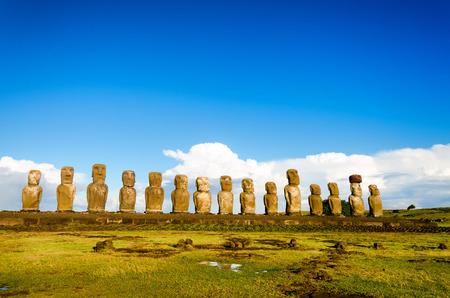 rapa nui: Vista de la plataforma con 15 Moai de Isla de Pascua en Chile Foto de archivo