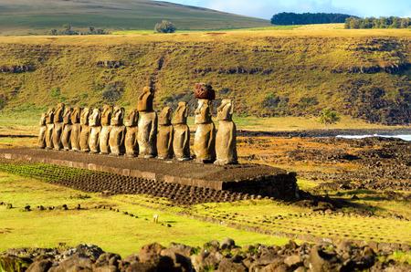 moai: Fila de las estatuas Moai en Ahu Tongariki en la isla de Pascua en Chile