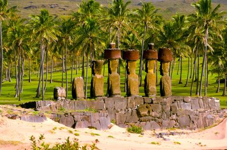 Moai en una playa en la Isla de Pascua, Chile
