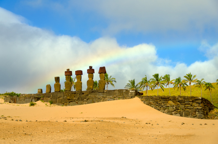 rapanui: Rainbow over Moai at Anakena Beach on Easter Island, Chile Foto de archivo