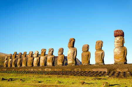 moai: Larga fila de Moai de Isla de Pascua