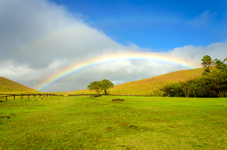 Hermoso paisaje del arco iris en la Isla de Pascua en Chile