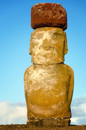 Vista vertical de un Moai con un pukao en su cabeza en la Isla de Pascua en Chile
