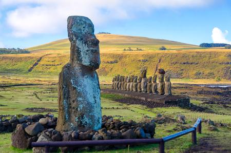 Varios Moai en Ahu Tongariki en la isla de Pascua, Chile
