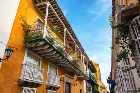 casa colonial: Edificios coloniales naranjas y blancos en Cartagena, Colombia