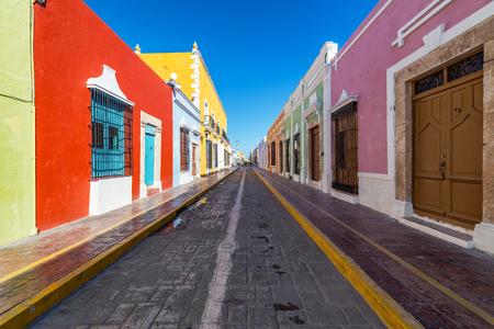 カラフルな空コロニアル カンペチェ、メキシコの歴史的な中心部の通り