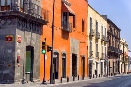 casa colonial: Calle colonial en el centro histórico de Puebla, México