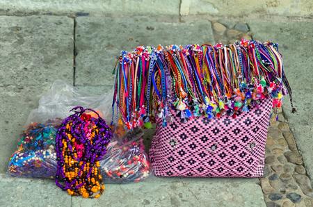 casa colonial: Colorido bolso tradicional y artesanía en venta en una calle en Oaxaca, México