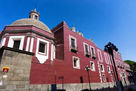 casa colonial: Edificios coloniales rojos en el centro de Puebla, México