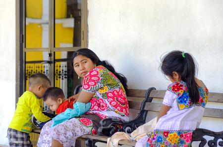IZAMAL, MEXICO - FEBRUARY 19: Indian Family in Izamal, Mexico on February 19, 2017 Редакционное
