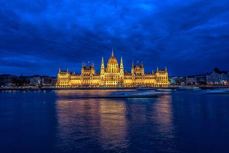 Blick auf das ungarische Parlament und die Donau während der blauen Stunde in Budapest, Ungarn