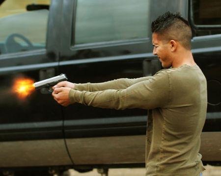 point and shoot: Imagen de hombre joven disparar arma de mano  Foto de archivo