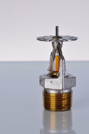 retardant: Close up immagine di spruzzatore del fuoco. Sprinkler antincendio sono parte di un sistema di tubazioni acqua integrato progettato per la sicurezza di vita e di fuoco. Archivio Fotografico