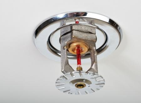 Cerca de imagen de rociadores de incendios en blanco. Rociadores de fuego son parte de un sistema de tuberías de agua integrado diseñado para la seguridad de vida y el fuego. Foto de archivo - 8698364