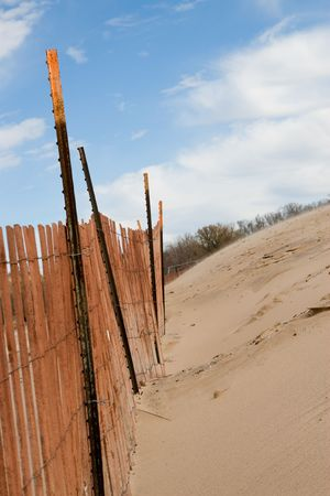 Cyclone fence installed on a beach to retain sand in winter 版權商用圖片