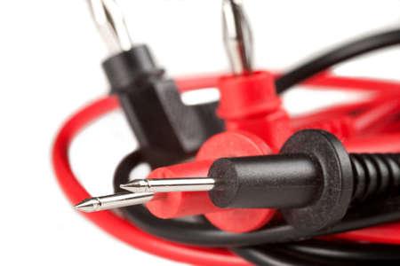 test probe: Prove elettriche appuntita sonde con i cavi rossi e neri, a banana in background