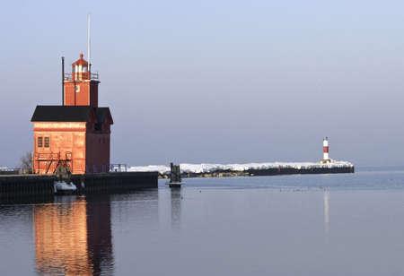 lake michigan lighthouse: Un faro de Lago Michigan y el canal de Holanda en la playa de Ottawa en la madrugada de luz de un d�a de finales de invierno Foto de archivo