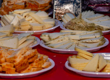 photo of a table with plates of various cheeses for tasting Banque d'images