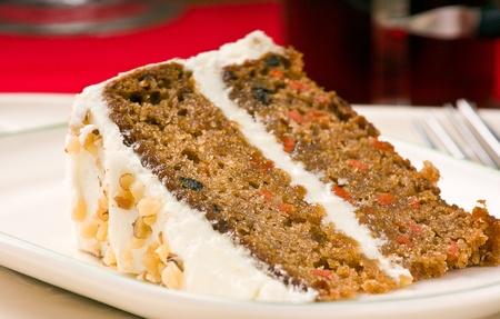 trozo de pastel: Dulce rebanada de pastel de zanahoria de nogal en plato blanco. Profundidad de campo.