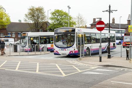 bus anglais: Newcastle under lyme Royaume-Uni - 5 mai 2014: Anglais station de bus, service de bus local dans et autour de la ville de Newcastle under lyme, Staffordshire, en Angleterre.