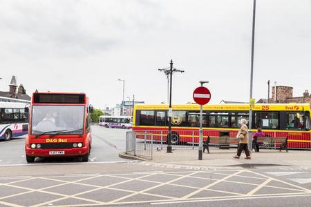english bus: Newcastle under lyme Royaume-Uni - 5 mai 2014: Anglais station de bus, service de bus local dans et autour de la ville de Newcastle under lyme, Staffordshire, en Angleterre.