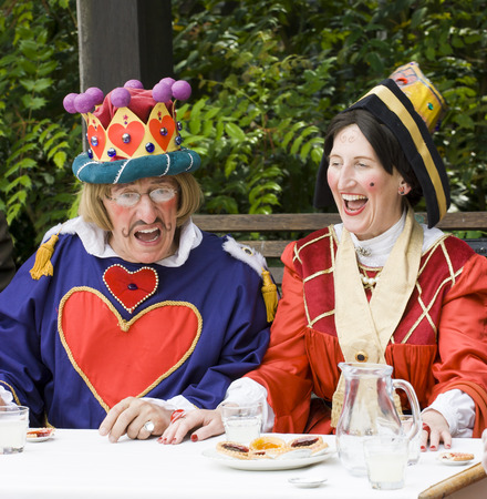 vestidos de epoca: Telford, Shropshire, Inglaterra. Julio 21 de 2012: El hombre y la mujer vestida como el rey y la reina de corazones escénicas en la fiesta del té sombrereros locos al aire libre en Blists colina museo al aire libre, Shropshire, Inglaterra