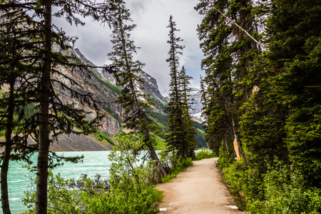 louise: Lake Louise is a symbol of the Canadian mountain scene. This alpine lake, known for its sparkling blue waters, is situated at the base of impressive glacier-clad peaks.