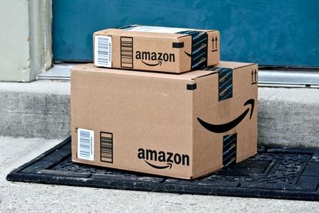메릴랜드, 미국 - 2016 년 1 월 18 일 : Amazon 패키지의 이미지가 집으로 배달됩니다. Amazon은 미국에서 가장 큰 인터넷 기반 소매 업체입니다. 스톡 콘텐츠 - 55987430